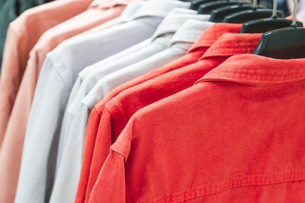Rangée de vestes d'été colorées