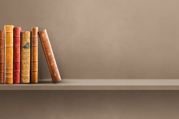Rangée de vieux livres sur étagère marron. scène de fond horizontale