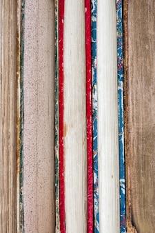 Rangée de vieux livres vue rapprochée