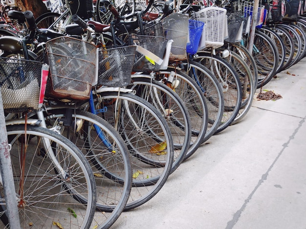 Rangée de vieux vélos, stationnement sur rue