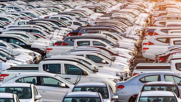 Rangée de voitures neuves au port.