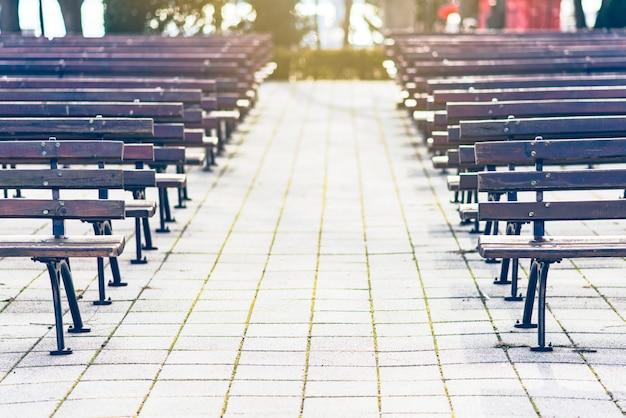 Des rangées de bancs de parc vides devant une scène en plein air. bulgarie, bourgas, sea garden.