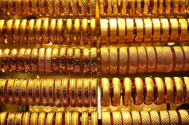 Rangées de bracelets en or dans une bijouterie