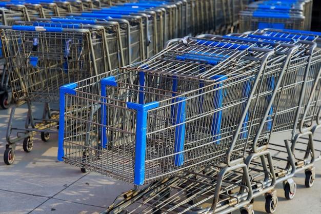 Rangées de chariots d'épicerie près de l'entrée du supermarché