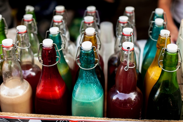 Rangées et colonnes de bouteilles colorées