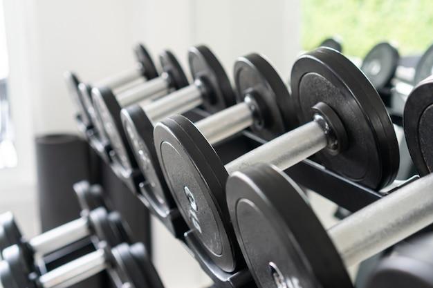 Des rangées d'haltères dans la salle de gym.