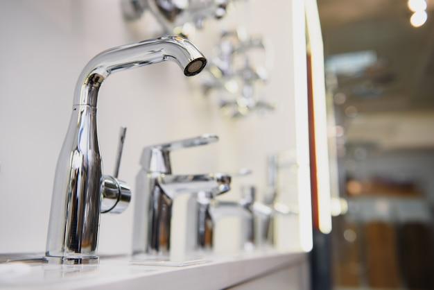 Des rangées de nouveaux robinets dans un atelier de plomberie