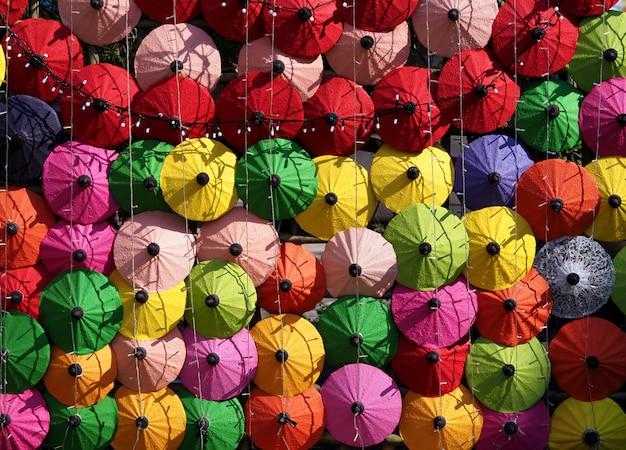 Rangées de parapluies colorés