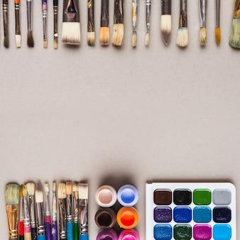 Rangées de pinceaux près des peintures
