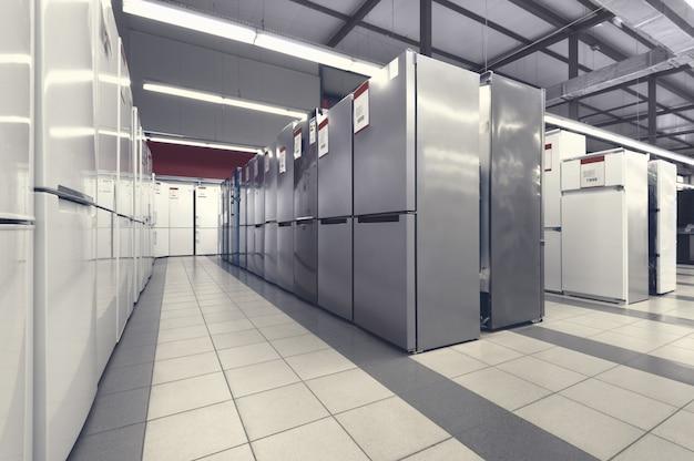 Rangées de réfrigérateurs dans le magasin d'appareils