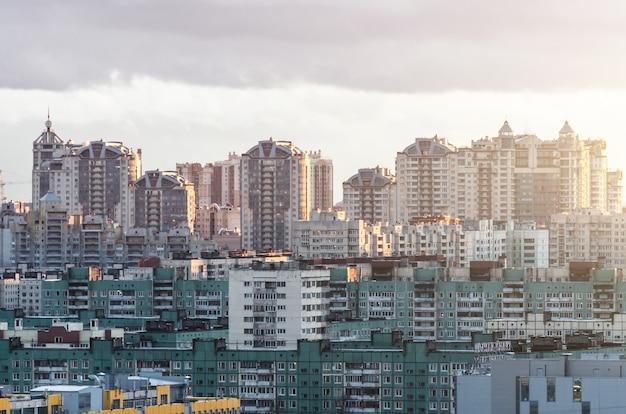 Des rangées résidentielles d'immeubles de grande hauteur à l'horizon.