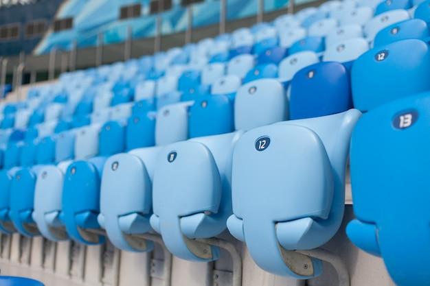 Rangées de sièges bleus au stade de football.