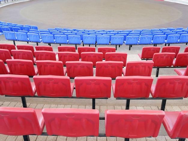 Rangées de sièges dans l'amphithéâtre