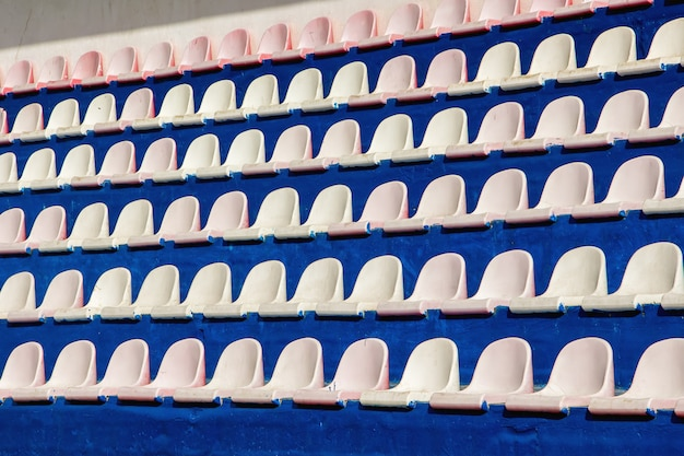 Des rangées de sièges pour les spectateurs au stade sportif. texture ou arrière-plan