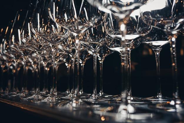 Rangées de verres à vin vides