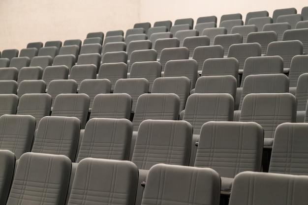 Des rangées vides de sièges confortables pour le cinéma ou le théâtre.