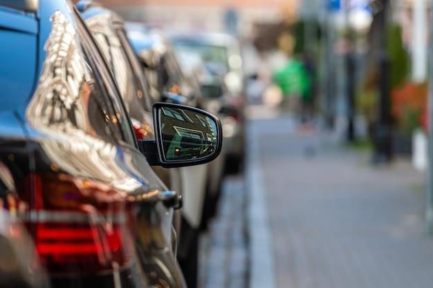 Des rangées de voitures garées le long de la route dans une ville bondée