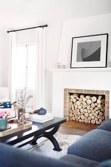 Rangement du bois de chauffage dans un salon