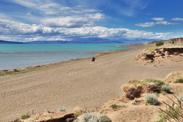 Ranger à laguna nimez reserva à el calafate, patagonie, argentine
