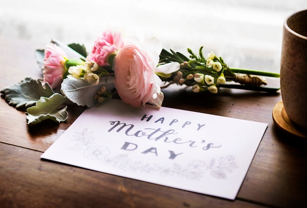 Ranunculus flowers bouquet avec happy mothers day wishing card