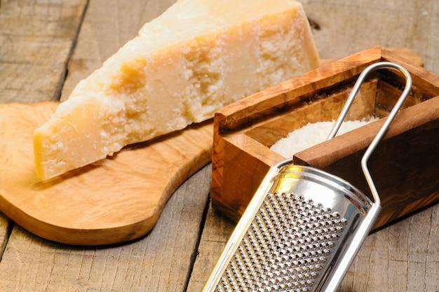 Râpe et fromage parmesan
