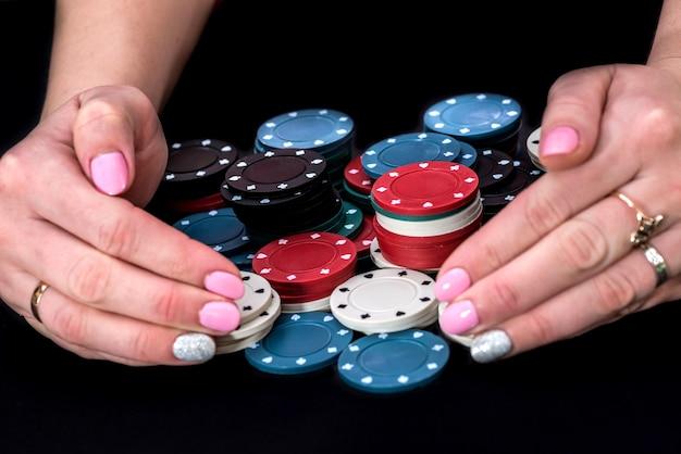 Râper les mains et les jetons de poker sur la table