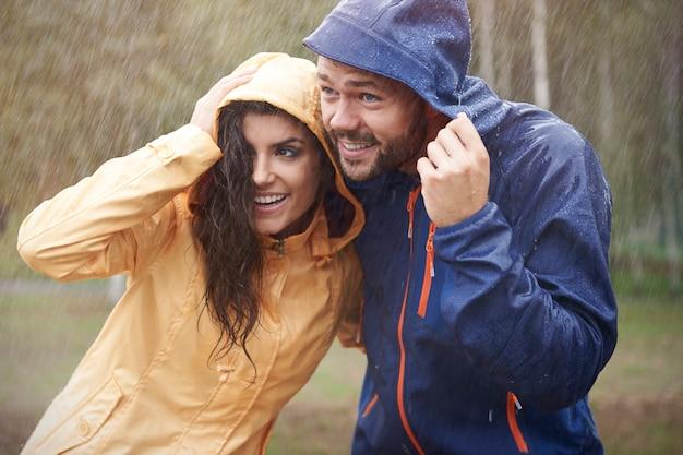 Rapide! nous devons courir, il a commencé à pleuvoir