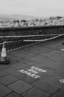 Rappel de garder 2 m de distance imprimés sur le trottoir au royaume-uni pour la distanciation physique