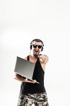 Rappeur dj charismatique au casque et avec un ordinateur portable.