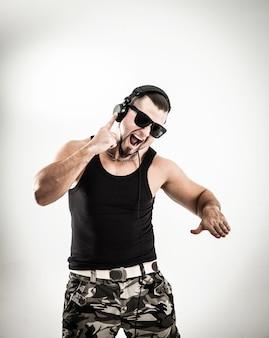 Rappeur dj charismatique avec des écouteurs