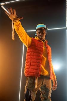Rappeur élégant sur scène avec cube lumineux. artiste de hip-hop, chanteur de rap, spectacle de break-dance, mode de vie de divertissement