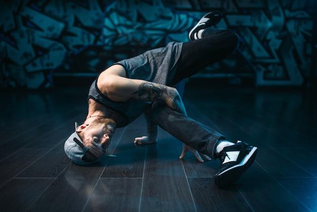 Rappeur masculin en studio de danse, mode de vie branché