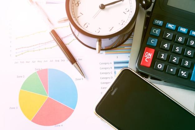Rapport d'analyse graphique de croissance des entreprises avec mobile sur table au bureau