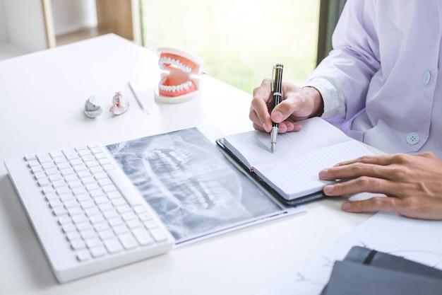 Rapport écrit par un médecin ou un dentiste travaillant avec un film, un modèle et le matériel de radiographie des dents utilisés