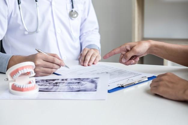 Rapport écrit par un médecin ou un dentiste travaillant avec un film radiographique dentaire et le matériel utilisé pour le traitement