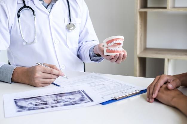 Rapport écrit par un médecin ou un dentiste travaillant avec un modèle de film radiographique dentaire et du matériel utilisé dans le traitement de la dentisterie