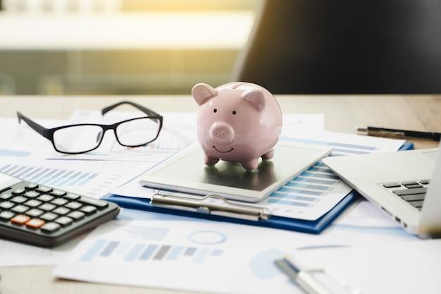 Rapport financier - comptabilité d'entreprise pile d'argent concept homme d'affaires à l'aide de calculatrice graphique discussion et analyse des tableaux de données et des graphiques