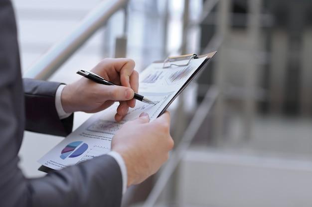 Rapport financier entre les mains d'un homme d'affaires.