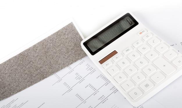 Rapport de synthèse d'analyse de démarrage d'entreprise et utilisation d'une calculatrice pour calculer les chiffres.