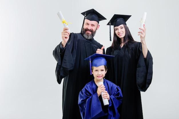 Rapports. diplôme. parents. toutes nos félicitations. élève. finir les études. université. diplômés. heureux. bonne humeur. s'amuser. architecture. joie. debout. couloir. mère. père. fils.
