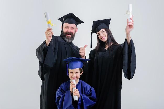 Rapports. diplôme. parents. toutes nos félicitations. étudiant. terminer les études. université. diplômés. heureux. bonheur. permanent. couloir. mère. père. fils.