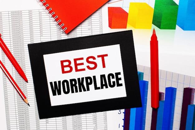 Les rapports et les nuanciers sont sur la table. il y a aussi des stylos rouges et du papier dans un cadre noir avec les mots best workplace ...