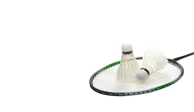 Raquette de badminton et deux volants en plumes isolés sur fond blanc à droite et place libre pour le texte à gauche