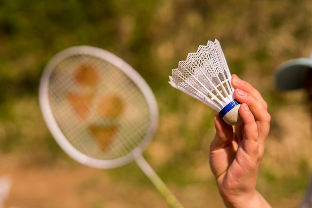 Une raquette de badminton ou un volant