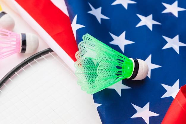 Raquette de badminton et volants sur le drapeau national des états-unis