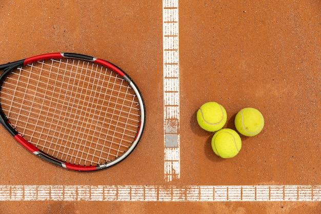 Raquette et balles de tennis sur le terrain