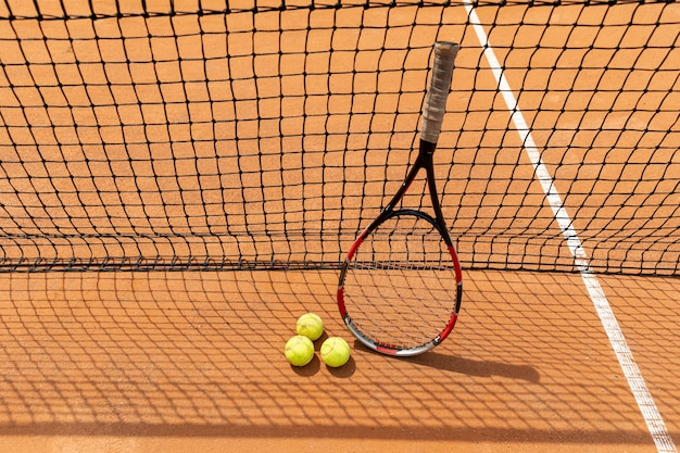 Raquette haute vue avec balles de tennis