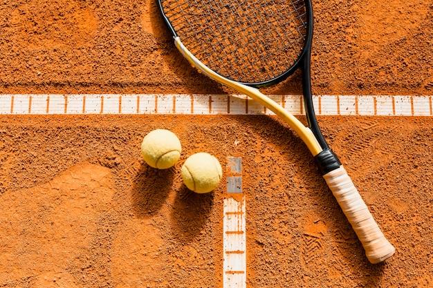 Raquette de tennis sur la balle