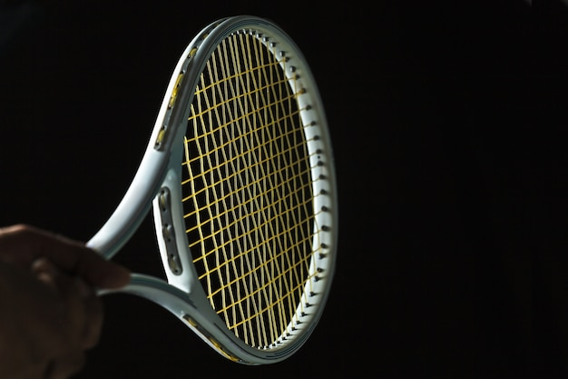 Raquette de tennis sur fond noir