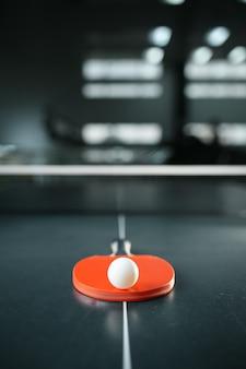 Raquette de tennis de table avec balle au gros plan net